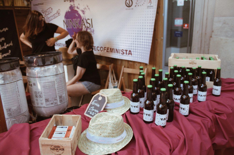 dones venent cervesa ninkasi ecofeminista